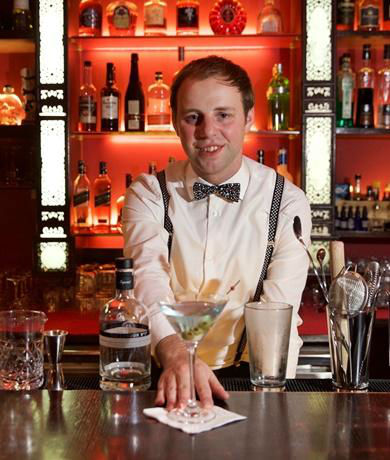 the-pearl_bartender_2_TLN1